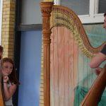Eine Harfe wird in der Schule vorgestellt