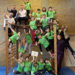 Bürgermeister Fauth und die Klasse 2000 Sponsoren turnen mit den Kindern im Gerätegarten