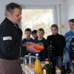 Herr Großhans vom Waldhorn Aidlingen kocht mit den Kindern